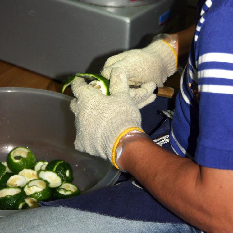 手が腱鞘炎になるほど柚子の皮剥きは大変な作業