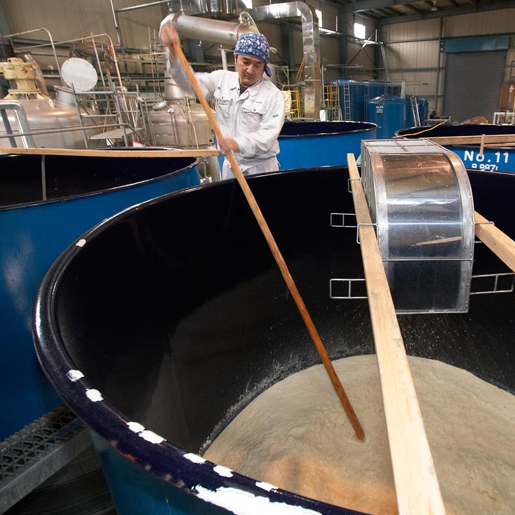 もろみに水・米(主原料)を加え、発酵させる「二次仕込み」