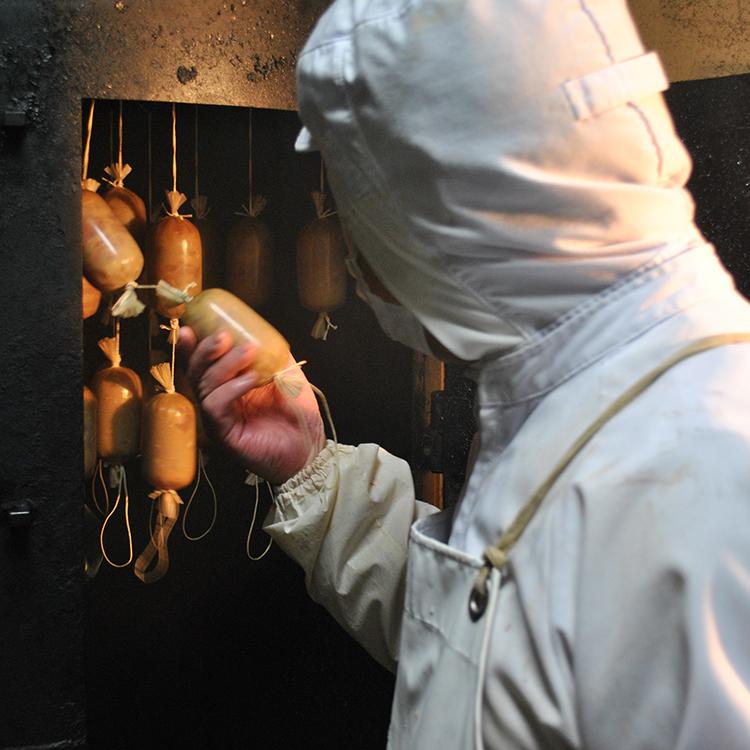 桜チップを燻製に使用することで香りが豊かに仕上がる