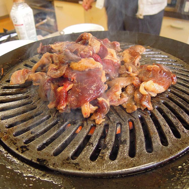 ほんのり甘い醤油ベースの熟成タレに漬け込んだ猪肉