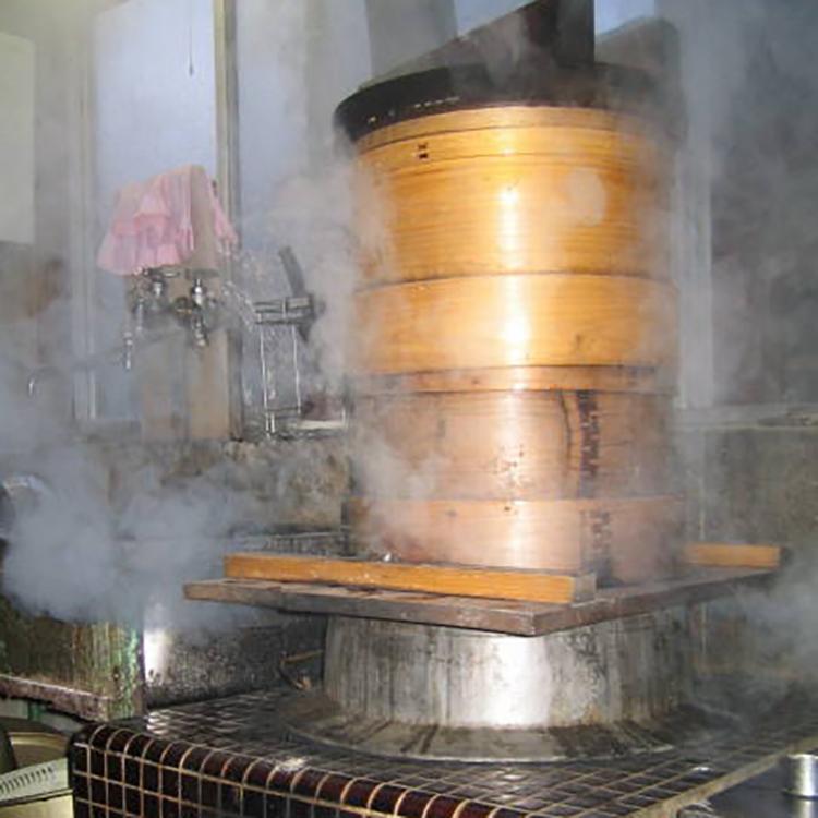 昔ながらのかまどで餅米を蒸す